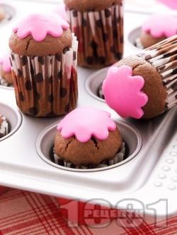 Какаови мъфини със захарна глазура - снимка на рецептата